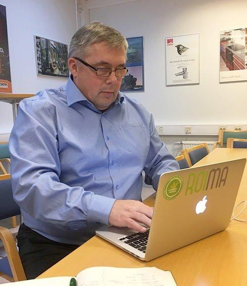CEO Jukka Ropponen tietokoneen ääressä