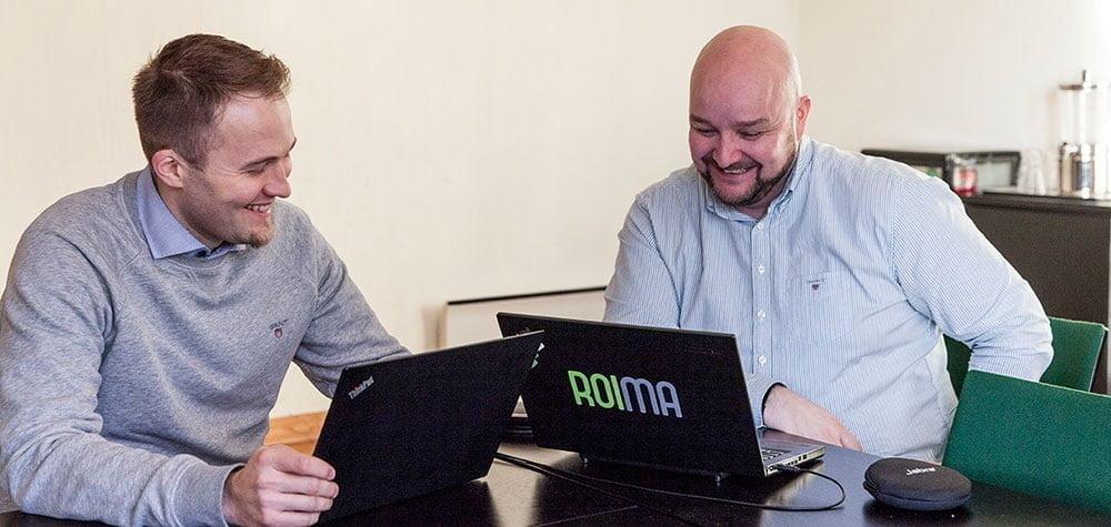 Jani ja Sampo tietokoneen luona