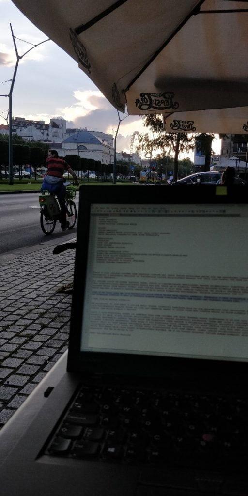 valokuva tietokoneesta katukahvilassa