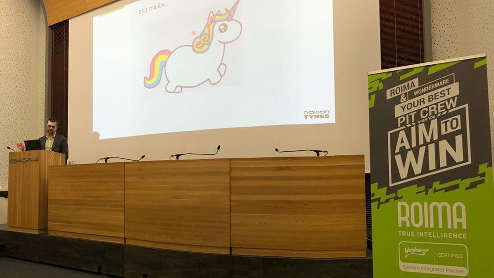 valokuva Antti Rautanen esiintymässä seminaarissa