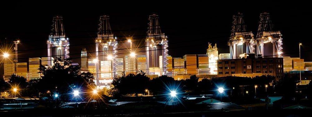 valokuva satama yöaikaan